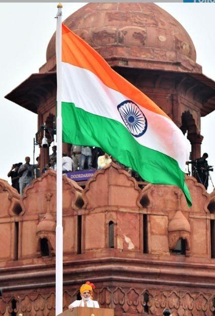पंतप्रधान नरेंद्र मोदी यांच्या हस्ते राजधानी दिल्लीतील लाल किल्ल्यावर ध्वजारोहण करण्यात आलं.