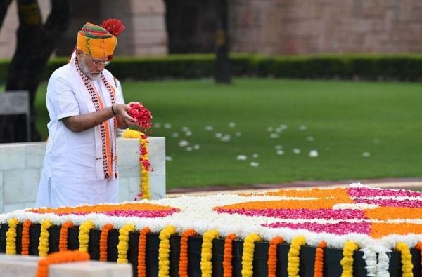 लाल किल्ल्यावर जाण्यापूर्वी पंतप्रधानांनी राजघाटावर जाऊन महात्मा गांधींच्या समाधीचं दर्शन घेतलं होतं.