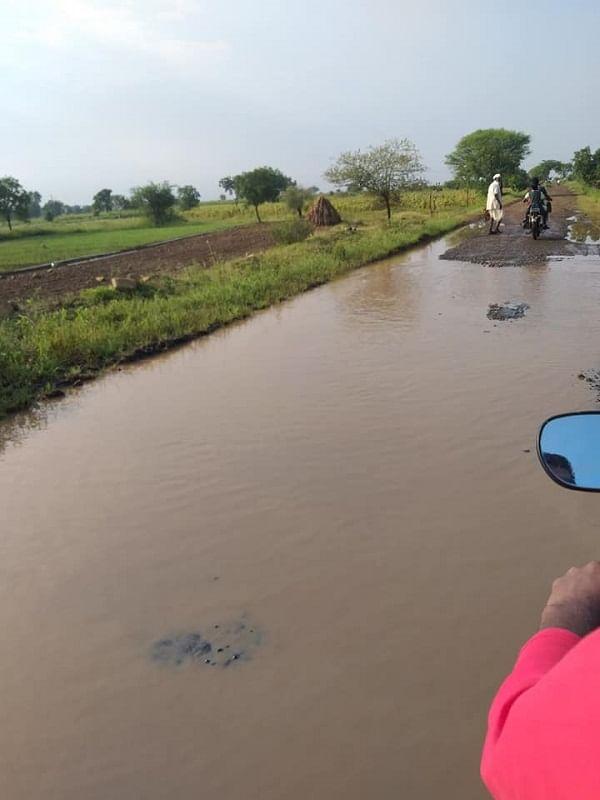 असाच एक प्रश्न सध्या बीड जिल्ह्यातील आष्टी तालुक्यातील शेकापूरचे नागरिक मांडत आहेत. शेकापूर गावाला जाणाऱ्या रस्त्याची स्थिती अत्यंत दयनीय झाली आहे. रस्त्यावर काही ठिकाणी अक्षरशः पाणी साचून तळ्याचं स्वरूप आलं आहे.