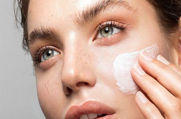 स्टेप 1 : क्लिन्सिंग  त्वचा साफ करण्यासाठी, प्रथम डबल अॅक्शन ट्रिटमेंटसह क्लिन्सर वापरा. यामुळे खोल साफसफाई आणि एक्सफोलिएशन देखील होईल. हातात बऱ्यापैकी क्लिन्सर घ्या आणि गोलाकार हात फिरवत असताना ते चेहऱ्यावर लावा. ओल्या कापसाने वरपासून खालपर्यंत पुसून टाका. असे केल्यास केवळ चेहऱ्यावरील घाण आणि डेड स्किन देखील दूर होईल.