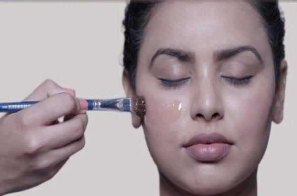 स्टेप 2 : एक्सफोलिएट आपल्या त्वचेनुसार मऊ एक्सफोलिएट पावडर वापरा. जेणेकरून शुद्धीकरणानंतर उरलेली डेड स्किन निघण्यास मदत होईल.