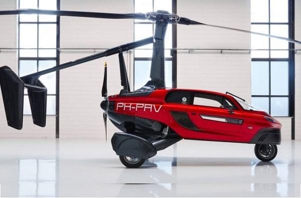 डच कंपनी PAL ने (पर्सनल एयर लँड व्हेईकल) कमर्शियल Flying Car PAL-V Liberty ची घोषणा केली आहे. युरोप सरकारने ही कार चालवण्याची परवानगी दिली आहे. ही कार बनवणाऱ्या कंपनीने दावा केला आहे की, ही जगातली पहिली फ्लाईंग कार आहे.