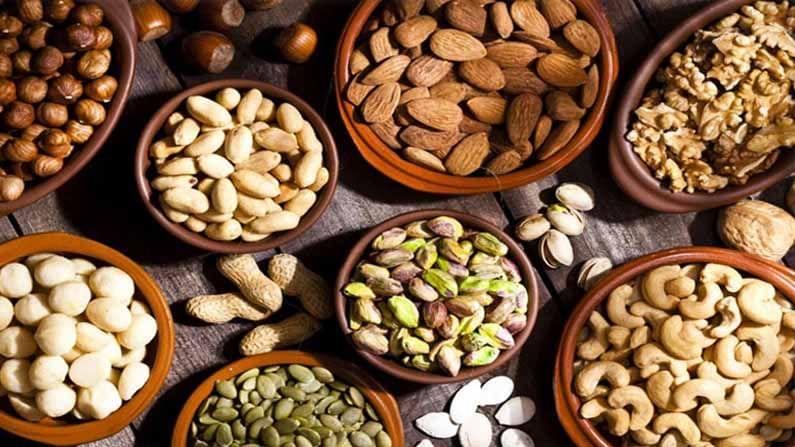 नाश्त्याच्यावेळी बदाम, अक्रोड खाणे आरोग्यासाठी चांगले असते. यामध्ये जीवनसत्त्वे आणि खनिजे मुबलक प्रमाणात असतात, ज्यामुळे वजन कमी करण्यास देखील मदत होते.