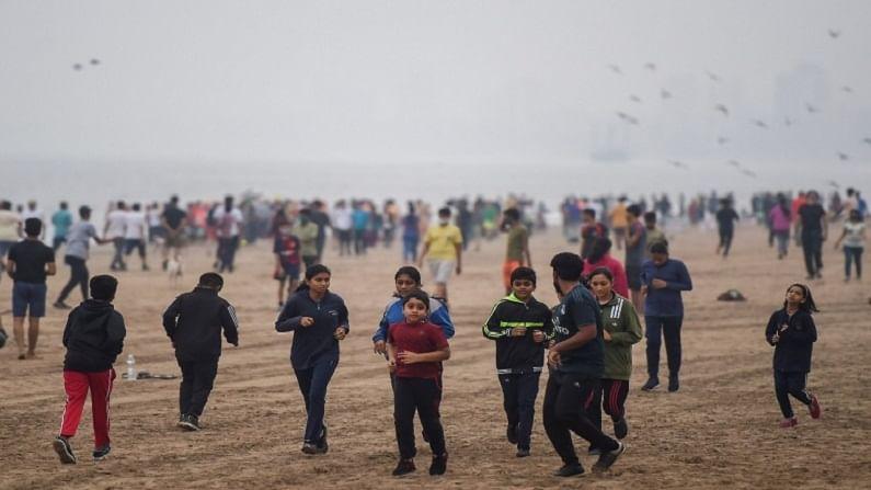 महाराष्ट्र राज्याच्या आरोग्य विभागाने दिलेल्या माहितीनुसार मुंबई शहरात सध्या 12 हजार 464 अॅक्टिव्ह कोरोना रुग्ण असूनही नागरिकांमधील निष्काळजीपणा वाढत असल्याचं चित्रं आहे.
