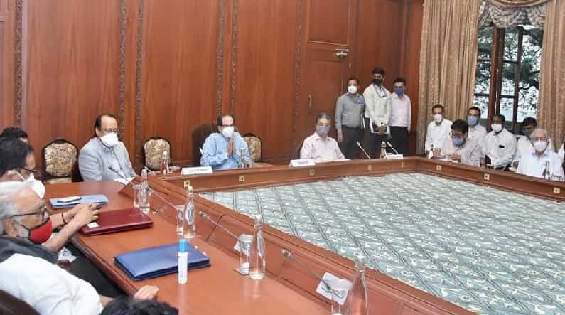 चहापानाचा कार्यक्रम झाल्यानंतर राज्य मंत्रिमंडळाची बैठक झाली यावेळी मंत्रिमंडळातील सर्व मंत्री उपस्थित होते. या बैठकीत अधिवेशनात मांडले जाणारे विधेयक तसेच इतर महत्त्वाच्या मुद्द्यांवर चर्चा झाली.