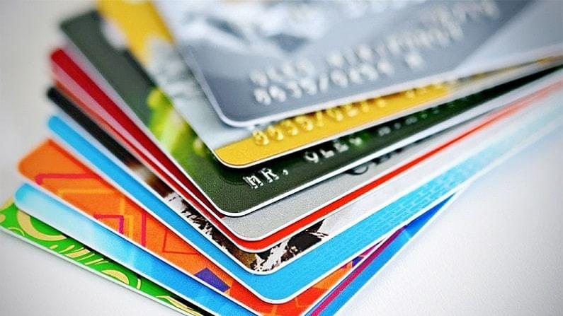 जास्त व्याज दर टाळा - क्रेडिट कार्ड तुम्हाला विनामूल्य क्रेडिट सुविधा पुरवते. पण तुम्ही जर हफ्ता चुकवला तर त्यासाठी तुम्हाला अधिकचे पैसे मोजावे लागतात. यामुळे महागडं पेमेंट टाळण्यासाठी, देय वेळेवर देणं महत्त्वाचं आहे. त्यामुळे कार्ड घेताना या बाबी लक्षात असूद्या.
