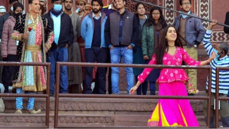 अतरंगी रे चित्रपटाचे चित्रीकरण अजून पूर्ण झालेले नाही. असे असले तरी या चित्रपटाची चर्चा सुरु झाली आहे. अक्षय कुमार, सारा अली खान, धनुष आणि नसरुद्दीन शाह यांच्यासारखे दिग्गज अभिनेते या चित्रपटात भूमिका साकारत आहेत.