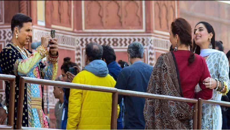 या चित्रपटाचा चमू आग्रा येथील ताजमहलवर चित्रीकरणासाठी आला होता. यावेळी शूटिंगदरम्यानचे त्यांचे काही फोटो समोर आले आहेत.