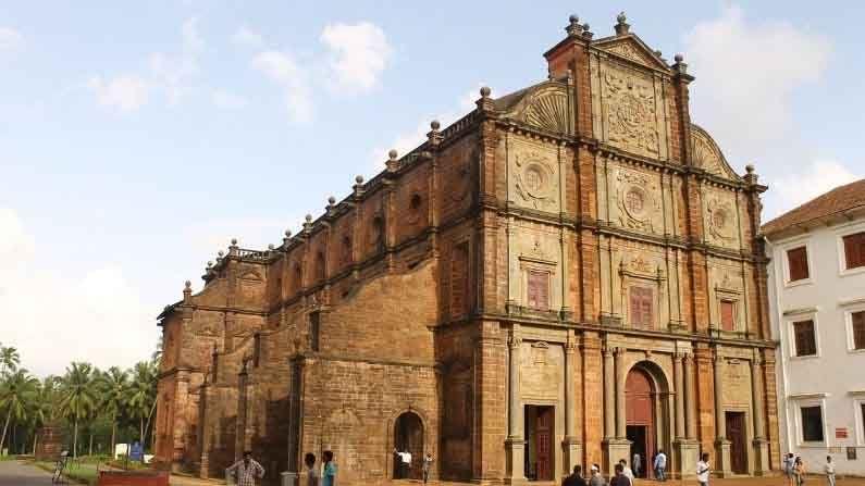 बॅसिलिका ऑफ बॉम जीसस, गोवा : हे चर्च बारोक आर्किटेक्चरचे एक सुंदर उदाहरण आहे.  400 वर्षांहून अधिक जुने हे चर्च युनेस्को जागतिक वारसा स्थळांच्या यादीत सामील आहे.