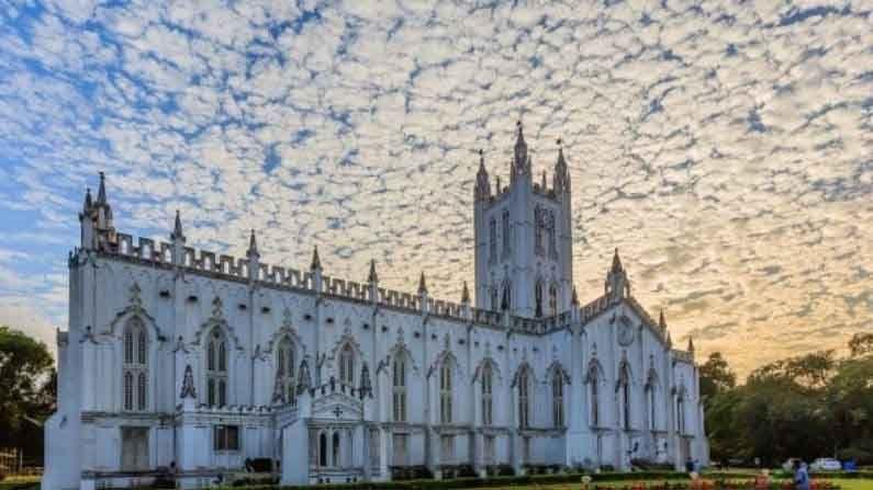 सेंट पॉल कॅथेड्रल चर्च, कोलकाता : हे जबरदस्त आकर्षक चर्च ब्रिटिशांनी इंडो-गॉथिक शैलीमध्ये बनवले होते आणि आशिया खंडातील हे पहिली एपिस्कोपेलियन चर्च देखील आहे.