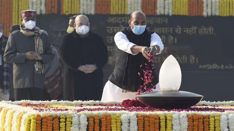 27 मार्च 2015 रोजी अटल बिहारी वाजपेयींना भारतरत्न पुरस्कार देण्यात आला.