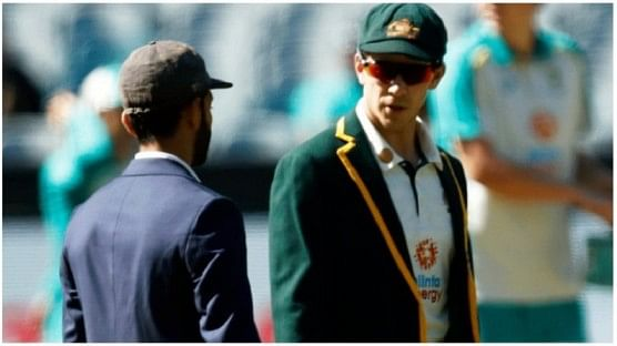 दुसरा बॉक्सिंग डे कसोटी सामना मेलबर्न येथे खेळण्यात आला. या दुसऱ्या सामन्यात ऑस्ट्रेलिया विरुद्ध टीम इंडिया आमनेसामने आहेत. या सामन्याच्या टॉससाठी ऑस्ट्रेलियाचा विकेटकीपर टीम पेन टॉस उडवण्यासाठी मैदानात आला. या नाणेफेकीचा कौल ऑस्ट्रेलियाच्या बाजूने लागला.
