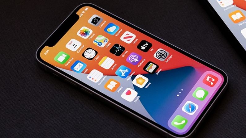 या वर्षाच्या शेवटी तुमच्याकडे iPhone खरेदी करण्याची एक चांगली संधी आहे. कारण 31 डिसेंबर ते 3 जानेवारीपर्यंत Apple Days सेलची घोषणा करण्यात आली आहे. या सेलमध्ये iPhone 12 सीरिजमधील स्मार्टफोन्सवर मोठी सूट देण्यात आली आहे. तसेच iPhone 12 सह अॅपलचे इतर आयफोन आणि प्रोडक्ट्सवर बंपर डिस्काऊंट देण्यात आला आहे.