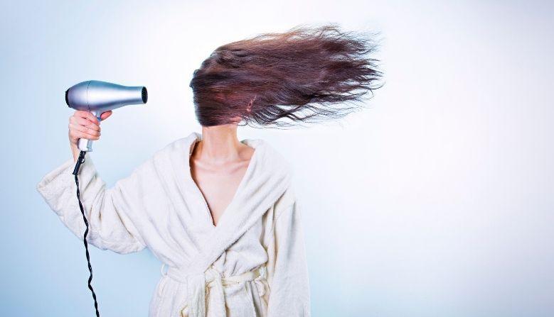 4. अनेक केस कोरडे करण्यासाठी तुम्ही ब्लो-ड्रायर वापरतात. याचा वापर करत असताना केसांमध्ये आणि मशिनमध्ये अंतर ठेवा. फार जवळून केस कोरडे करू नका. त्याने केसांना मोठी ईजा होते.