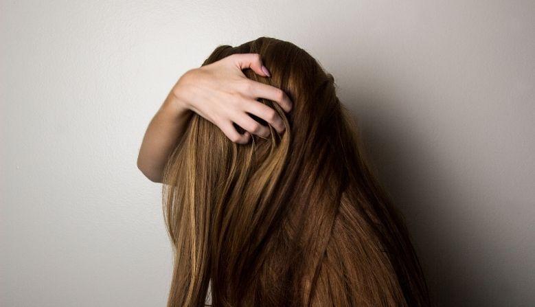 Hair Care Tips: हिवाळ्यात केसांची काळजी कशी घ्यायची? (How can I care my hair in winter?) हा सगळ्यासंमोरच मोठा प्रश्न आहे. यासाठी आम्ही तुम्हाला काही खास घरेलू उपाय सांगणार आहोत. ज्याने तुमचे केस अगदी घनदाट होतील आणि केस गळणंही थांबेल.