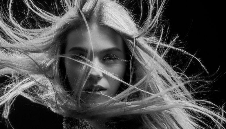 2. केस कोरडे करताना टॉवेलने फार जोरात घासू नका. यामुळे केस कमकुवत होतात आणि सहजपणे तुटतात.