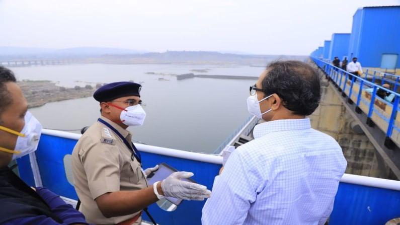 पूर्व विदर्भासाठी वरदान ठरणाऱ्या वैनगंगा नदीवर बांधण्यात आलेल्या गोसेखुर्द राष्ट्रीय प्रकल्पाला भेट देऊन मुख्यमंत्र्यांनी आढावा घेतला. गोसेखुर्द प्रकल्प हा पूर्व विदर्भातील अत्यंत महत्त्वाचा प्रकल्प आहे.