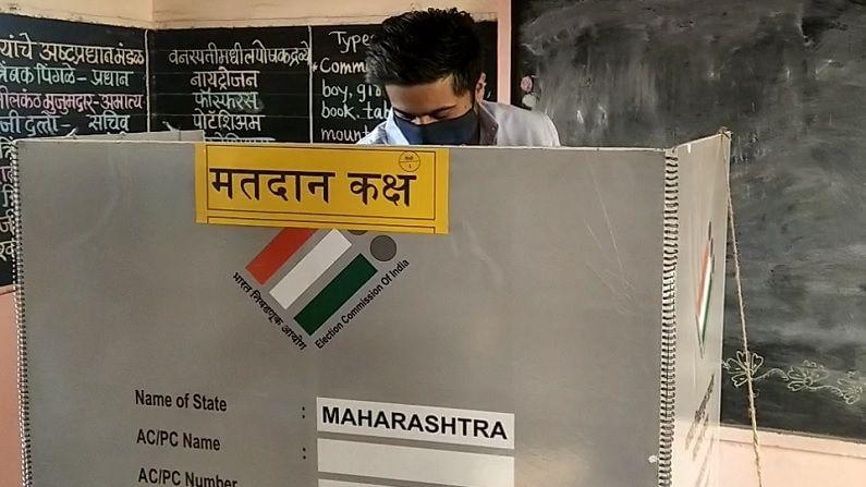 Rohit Pawar | आमदार रोहित पवारांनी सहकुटुंब मतदानाचा हक्क बजावला