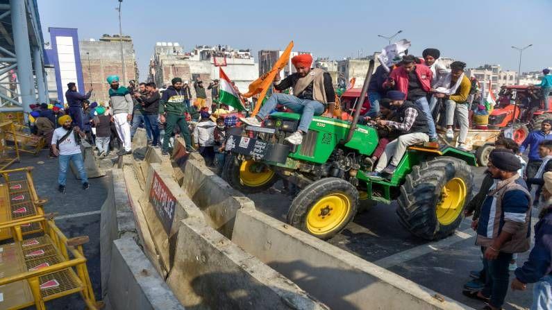 प्रजासत्ताक दिनी शेतकऱ्यांनी केंद्र सरकारच्या तीन कृषी कायद्याविरोधात ट्रॅक्टर मार्च काढला.