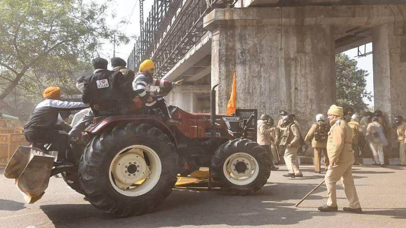ट्रॅक्टर मार्च दरम्यान अनेक ठिकाणी पोलीस आणि शेतकऱ्यांमध्ये चकमक पाहायला मिळालं.