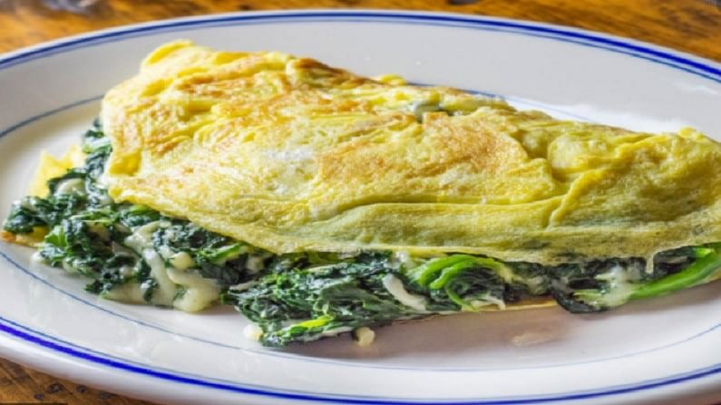 अंडा पालक आमलेट हे आपल्या शरीरासाठी अत्यंत उपयुक्त असते. पालकामध्ये विविध विटामिन असतात आमलेटमध्ये जर तुम्ही पालक टाकत असाल तर तुमचे वजन कमी होऊ शकते. आणि हे तुमच्या आरोग्यासाठी अत्यंत उपयुक्त आहे.