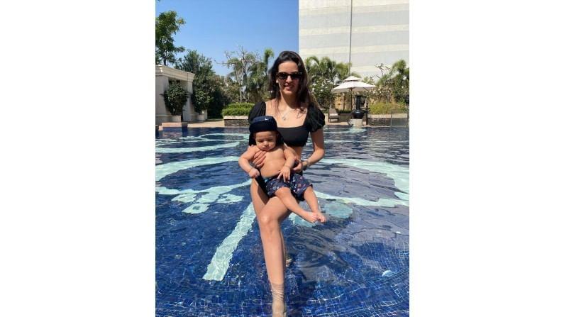 """हार्दिकने अगस्त्यचे फोटो शेअर करताना कॅप्शनमध्ये लिहिलं आहे की, """"Too cool for the pool, My boy's clearly a water baby"""""""