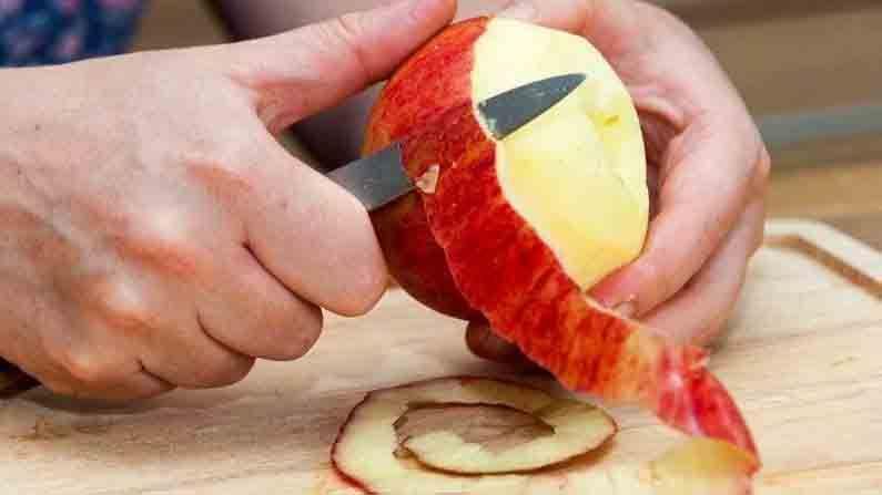 आपल्या सर्वांना माहित आहे की सफरचंद खाणे आपल्या आरोग्यासाठी फायदेशीर आहे. सफरचंद आरोग्याबरोबरच आपल्या त्वचेसाठी देखील फायदेशीर आहे. सफरचंदामध्ये पोटॅशियम, फॉस्फरस, मॅग्नेशियम आणि लोह हे घटक मुबलक प्रमाणत आढळतात.