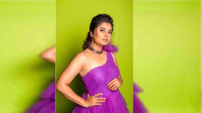 'महाराष्ट्राची हास्यजत्रा' या कॉमेडी शोची निवेदिका असलेली अभिनेत्री प्राजक्ता माळी कार्यक्रमाच्या निमित्ताने नेहमीच छान-छान आऊटफिटमध्ये पाहायला मिळते.