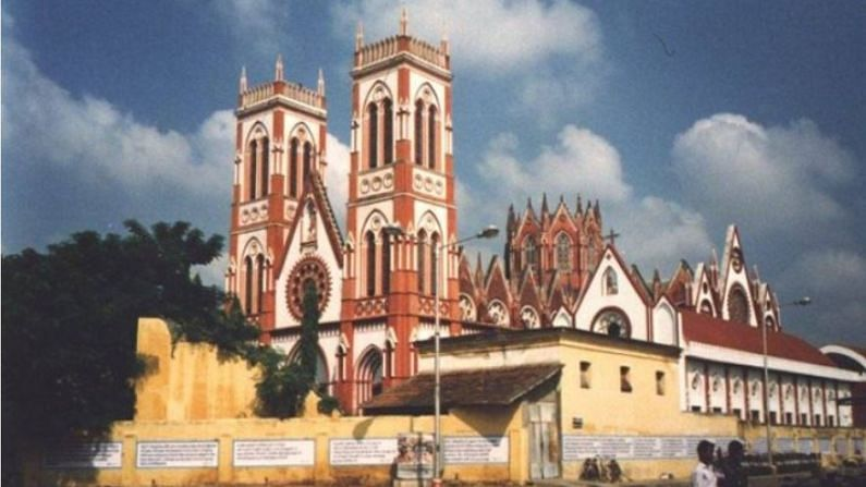 पुद्दुचेरीमध्ये अनेक भाषा बोलल्या जातात, जसं की तामिळ, तेलुगू आणि मल्याळम भाषा. याशिवाय येथे फ्रेंच आणि इंग्रजी भाषा देखील बोलल्या जाते.