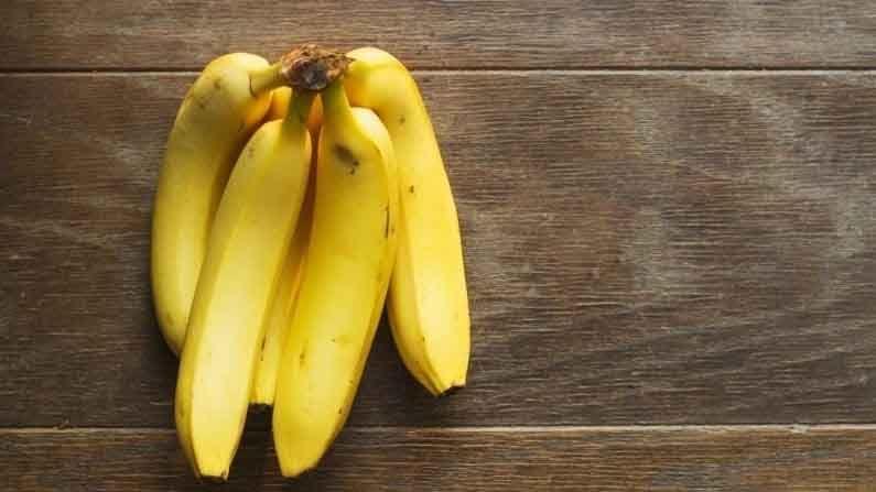 उपवासादरम्यान बरेच लोक बनाना शेक करतात किंवा केळी आणि दूध एकत्र घेतात. मात्र, असे कधीही करू नये. केळी आणि दूध कफ वाढवतात. दोघांचे एकत्र सेवन केल्याने कफ जास्त वाढतो. तसेच, आपल्या पाचन तंत्रावर देखील त्याचा वाईट परिणाम दिसून येतो.