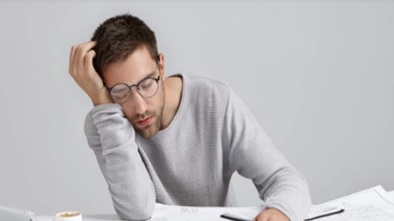 शरीरातील टेस्टोस्टेरॉन कमतरतेमुळे शांत झोप देखील  लागत नाही. झोपण्याचा प्रयत्न करताना बेचैन झाल्यासारखे वाटेल. म्हणून शक्यतो रात्री झोपण्याचा आणि सकाळी उठण्याचा एक ठरावीक वेळ ठरून घ्या