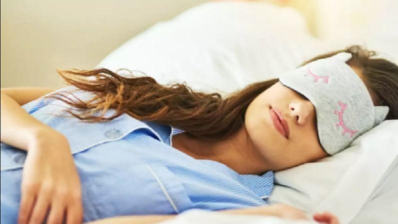 लवकर झोप लागण्यासाठी  सैन्यात एक टेक्निक वापरतात. ज्यामुळे दोन मिनिटांमध्ये झोप लागते. ही टेक्निक US च्या सैन्यात वापरली जाते. खास करून झोपण्याची टेक्निक युद्धाच्यावेळी वापरली जाते.