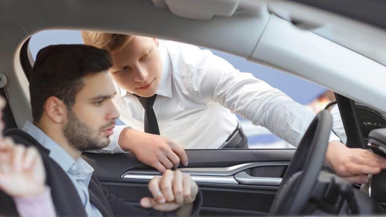 टेस्ट ड्राइव्ह - कोणताही वाहन मालक आपल्याला टेस्ट ड्राइव्ह नाकारणार नाही. जर कोणी असे केले तर, समजून जा की त्याच्या कारमध्ये काहीतरी दोष आहे आणि तो आपल्याला कारची खरी कंडिशन (स्थिती) काय आहे ते सांगू इच्छित नाही. अशा परिस्थितीत तुम्ही त्या कार मालकास नकार देऊ शकता.
