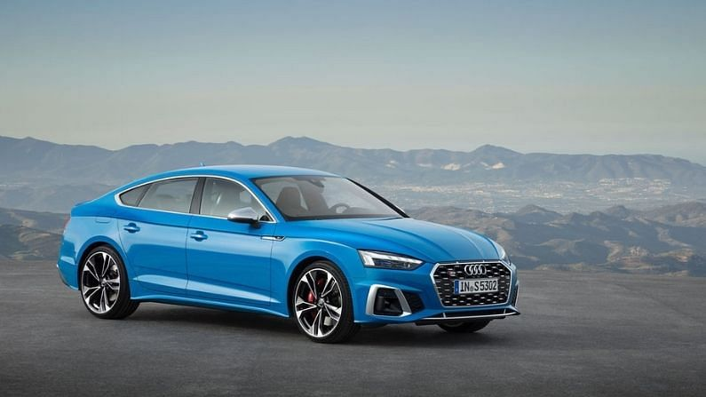 बहुप्रतीक्षित Audi S5 कार 22 मार्चला (उद्या) लाँच केली जाणार आहे. ही गाडी टर्बो ब्लू कलर स्कीमसह सादर केली जाणार आहे. या कारचा टीझर काही दिवसांपूर्वी शेअर करण्यात आला होता. दरम्यान, अशी माहिती मिळाली आहे की, ही कार इतर काही कलर स्कीम्समध्येदेखील लाँच केली जाऊ शकते.