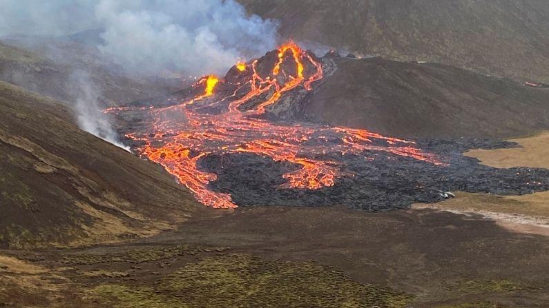 आईसलँडची राजधानी रेकाविकपासून अवघ्या 40 किलोमीटर अंतरावर असलेले ज्वालामुखी अचानक फुटलंय. तिथून लाल लावा वाहू लागला होता, ज्यामुळे आकाश लाल झाला ज्वालामुखीचे हे रात्रीचे फोटोही समोर आले आहेत. रेखनाइस द्वीपकल्पातील हा ज्वालामुखी मागील 800 वर्षांपासून शांत होता.
