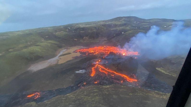 ज्वालामुखीच्या लावाची चमक 32 किलोमीटरच्या अंतरावरुन देखील पाहिली जाऊ शकते. हे ठिकाण निवासी क्षेत्रापासून बरेच दूर आहे. सर्वात जवळचा रस्ता देखील 2.5 मीटर अंतरावर आहे. अशा परिस्थितीत हे क्षेत्र रिकामं करण्याची कोणतीही समस्या नाही. 781 वर्षांपासून रेकेनियस द्वीपकल्पात ज्वालामुखी फुटले नाहीत.