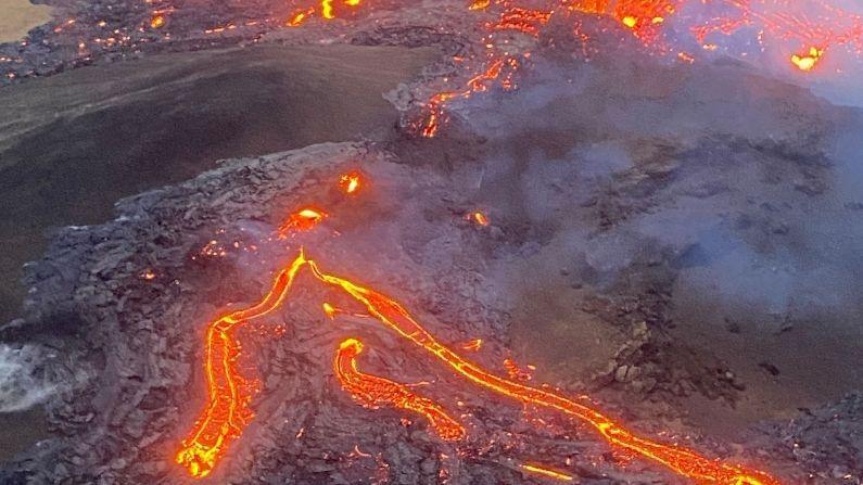 अलीकडेच येथे भूकंपाचे अनेक झटके जाणवले, त्यानंतर ज्वालामुखी फुटण्याची शक्यता तीव्र झाली होती. तरी, स्फोट होण्यापूर्वी भूकंपाची गतिविधी थांबली. पण तरीही ही घटना घडली ती आश्चर्यकारक आहे.
