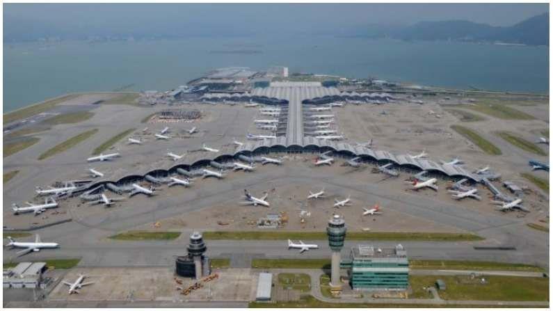 दरवर्षी सुमारे 70,502,000 प्रवासी या हाँगकाँग विमानतळाला भेट देतात. या समुद्र किनाऱ्यावरील विमानतळावर देशांतर्गत उड्डाणे व्यतिरिक्त विमान उड्डाण शोध केंद्र, गोल्फ कोर्स, टी मेकिंग कार्यशाळा आणि एज्युकेशन पार्कची व्यवस्था करण्यात आली आहे. येथे पर्यटक कला आणि संस्कृतीच्या प्रदर्शनाचा आनंद घेऊ शकतात.