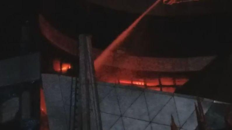भांडूप पश्चिमेकडे प्रसिद्ध ड्रीम मॉलला रात्री 12 च्या सुमारास भीषण आग लागली. या मॉलमध्ये सनराईस रुग्णालय चालवले जात होते.
