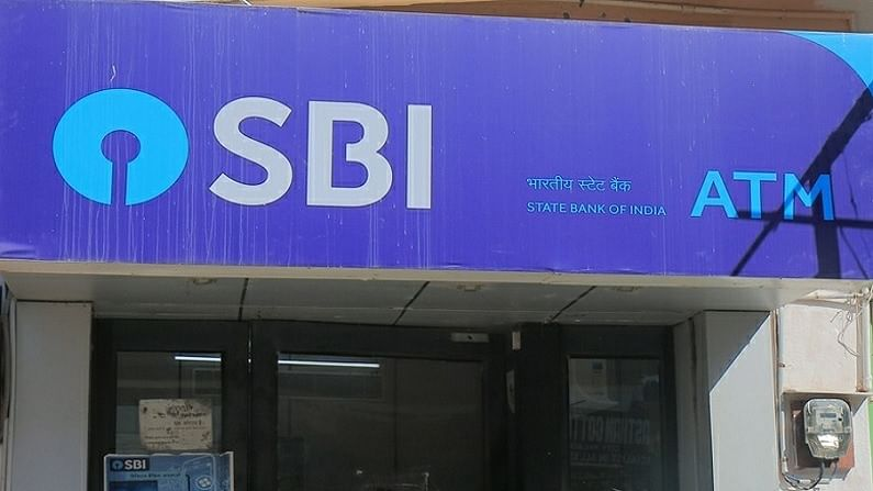 स्वातंत्र्याच्या अमृत महोत्सवाच्या निमित्ताने देशातील सर्वात मोठी बँक स्टेट बँक ऑफ इंडिया (SBI) ने आपल्या ग्राहकांसाठी अनेक ऑफर्स दिल्यात. तुम्ही सवलतीच्या दरातील कर्जापासून ते विशेष ठेवी योजनांपर्यंत या ऑफरचा लाभ घेऊ शकता.