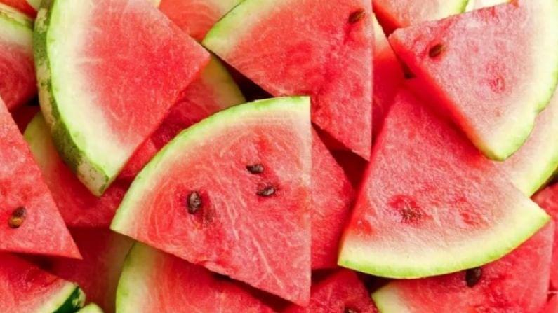 उन्हाळ्यात आपण जास्त करून कलिंगड खाण्यावर भर देतो. कारण कलिंगडमध्ये अँटिऑक्सिडेंट्स, जीवनसत्त्वे बी, सी आणि डी मोठ्या प्रमाणात आढळतात. जे उन्हाळ्यात शरीरासाठी खूप महत्वाचे मानले जातात. कलिंगडमध्ये साधारण 92 ते 96 टक्के पाण्याचं प्रमाण असते.
