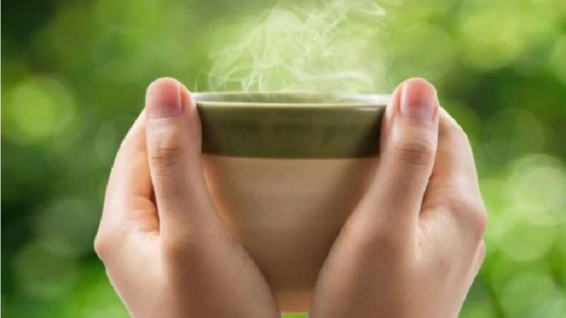 गरम पाणी वजन कमी करण्यास मदत करते. यासाठी आपण कोमट पाण्यात लिंबू आणि मध मिसळू शकता. तुम्ही जेवन केल्यानंतर एक कप गरम पाणीही पिऊ शकता.