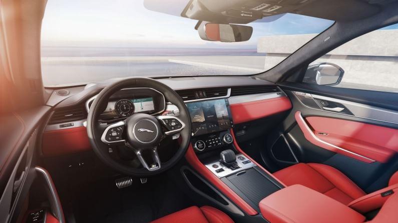 2021 एफ-पेसच्या व्हिज्युअल अपडेट्समध्ये नवीन ग्रिल, नवीन क्लस्टर पॅटर्नसह एलईडी हेडलाइट्स आणि मोठ्या इंटेकसह नवीन फ्रंट बम्परचा समावेष आहे. SUV मध्ये अलॉय व्हील्सचा नवीन सेट, रिफ्रेश एलईडी टेल लाइट्स आणि नवीन रीअर बम्पर देखील मिळेल. दुसरीकडे, केबिनला नव्याने डिझाइन केलेल्या डॅशबोर्डसह अधिक डिटेल्ड अपडेट प्राप्त झाले आहेत.
