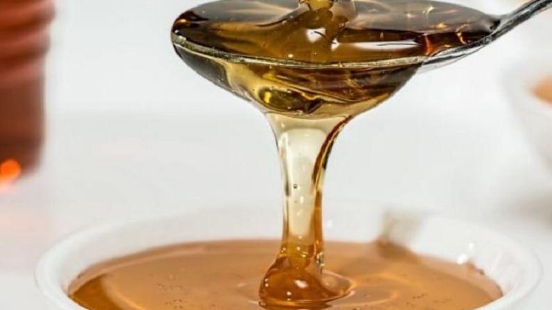 मधाने हलक्या हाताने चेहऱ्याला मालिश करा. साधारण 20 ते 25 मिनिटे चेहऱ्याला मालिश करा. यानंतर चेहरा स्वच्छ पाण्याने धुवा.