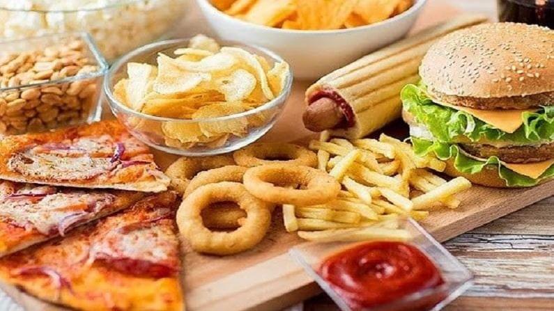 एकमेकांच्या संपर्कात येऊन कोरोना वेगाने पसरतो. हे टाळण्यासाठी बाहेर जाण्याऐवजी घरीच खा. शक्यतो बाहेरचे खाणे टाळाच आणि घरी ताजे अन्न खा...