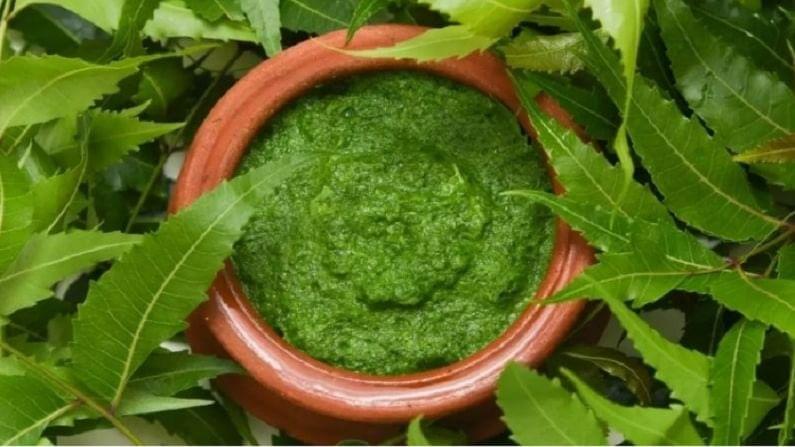 कडुलिंबाची पाने आणि कोमट पाण्याची पेस्ट तयार करा आणि चेहऱ्यावर लावा. यामुळे त्वचेला आराम मिळेल.