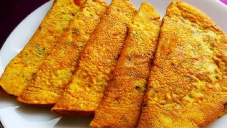 त्यानंतर उरलेले मसाले जसे टोमॅटो, आले, लाल तिखट, कांदा इत्यादी मिसळा. गरजेनुसार पाणी घाला आणि पीठ तयार करा.