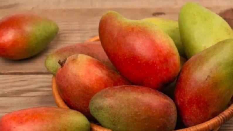 सिंदुरी आंब्याचा वरचा भाग लाल रंगाचा असतो. यामुळेच त्याला सिंदुरी हे नाव पडले. हा रसाळ आणि चवदार आंबा आहे.