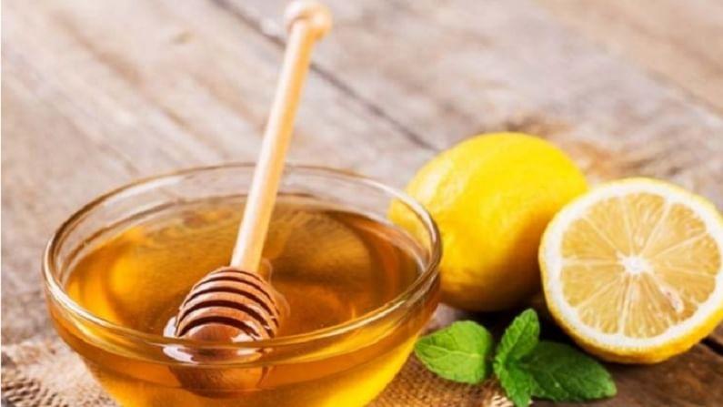 लिंबू तेलकट त्वचेसाठी चांगले आहे. हे त्वचेचे अतिरिक्त तेल नियंत्रित करण्यास मदत करते.