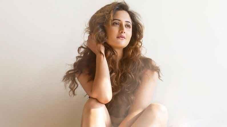 नुकतेच रश्मीने तिच्या इंस्टाग्रामवर अकाऊंटवर स्वतःची नवीन छायाचित्रे शेअर केली आहेत.